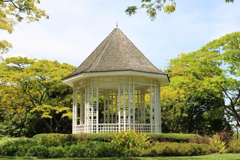 Zahradní altán jako bezpečný a elegantní ostrov v zahradě