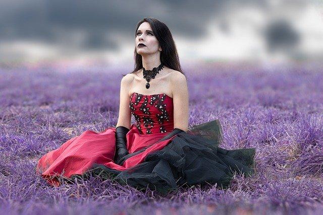 červenočerné šaty