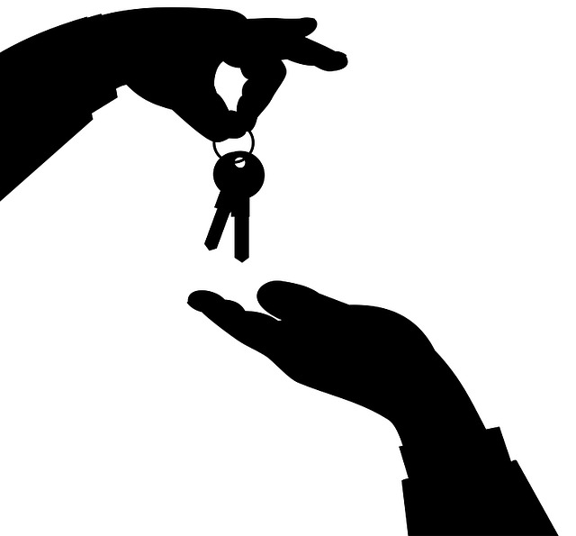 ruce, předávání klíčů