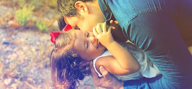 šťastné dítě se svým otcem, štěstí a radost.jpg