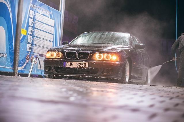 BMW s rozsvícenými světly při ručním mytí